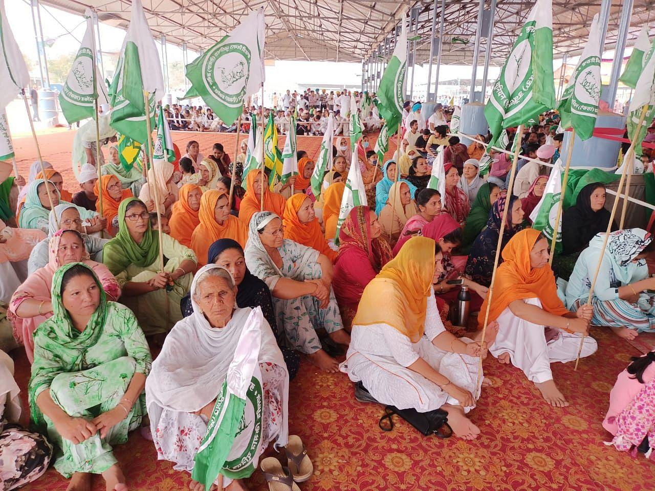 अबोहर में महापंचायत पहुंचीं किसान महिलाएं।