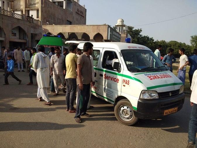 मांडीखेड़ा अस्पताल पहुंचे कंसाली गांव के लोग।