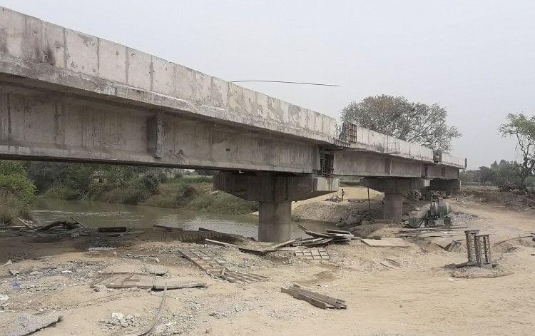 अधूरा पड़ा ईशन नदी पुल।