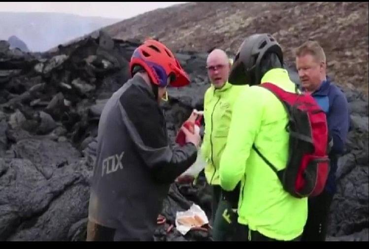 ज्वालामुखी के लावे पर खाना पकाते वैज्ञानिक