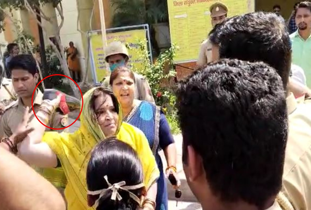 कोतवाल को चप्पल मारती भाजपा की महिला कार्यकर्ता