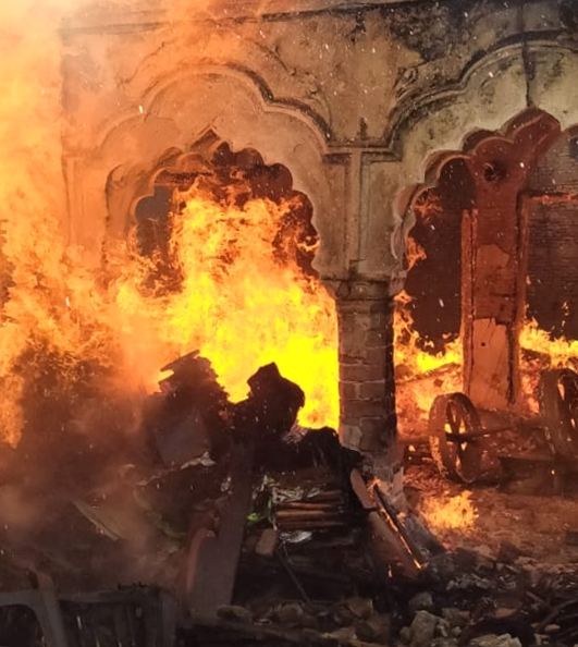 नगीना में हैंडीक्राफ्ट कारखाने में लगी आग को बुझाते फायर कर्मी।