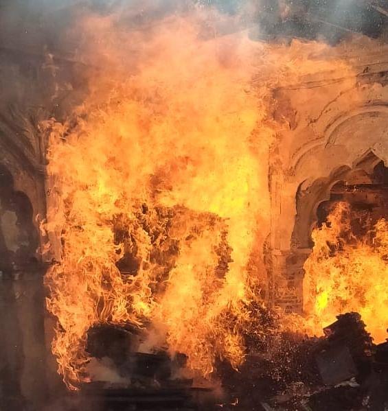 नगीना में मोहल्ला काजी सराय स्थित हैंडीक्राफ्ट कारखाने में लगी भीषण आग।