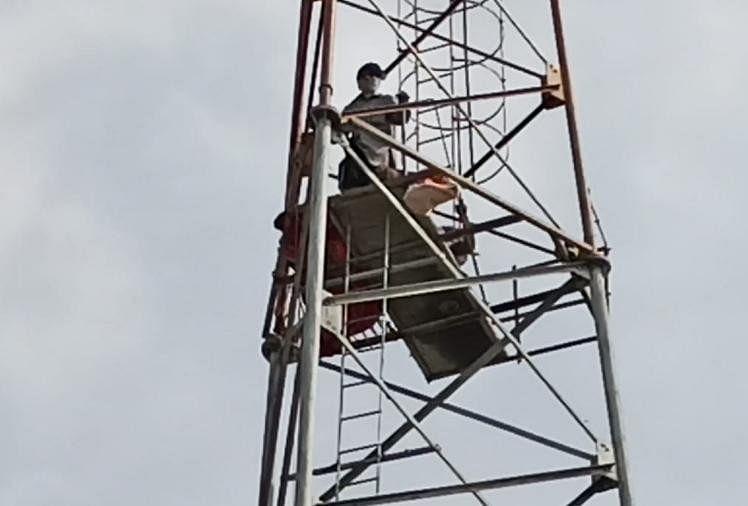 नाराजगी : प्रशासन से नाराज दो बुजुर्ग चढ़े 80 फुट ऊंचे टावर पर, साथ में ले गए हैं पेट्रोल भी