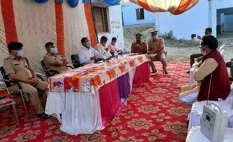 कसावा में आयोजित चौपाल में दिशा निर्देश देते डीएम व एसपी, मौजूद भाजपा जिला उपाध्यक्ष मुनीश मिश्र?