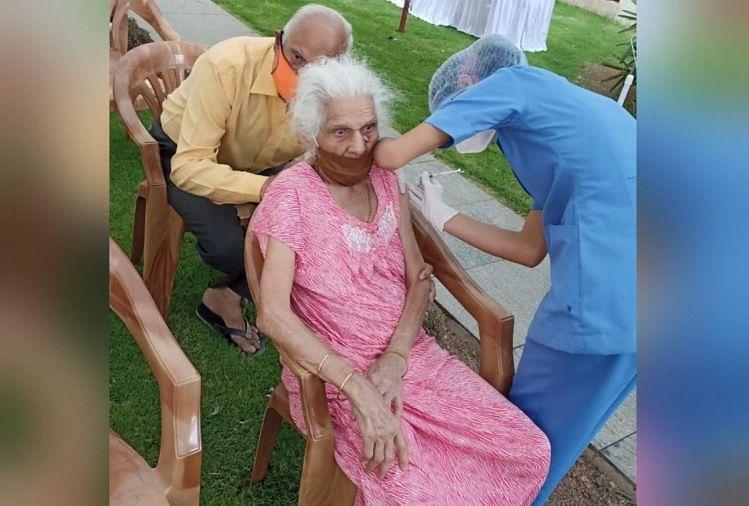 सौ वर्षीय बुजुर्ग महिला को लगा टीका