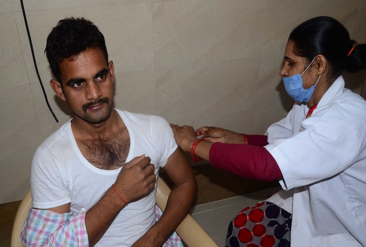 prayagraj news : कोविड वैक्सीन लगाती स्वास्थ्यकर्मी।