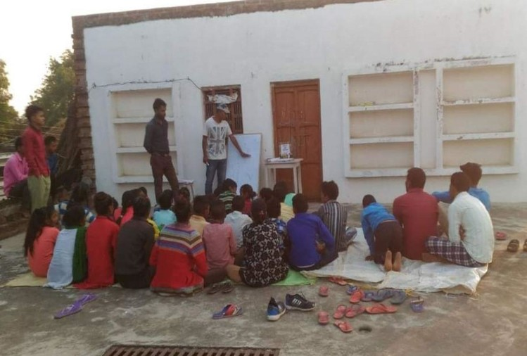 सिर्फ एक रुपये में बच्चों को पढ़ा रहे आनंद