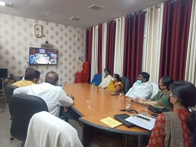 एनआईसी में राज्यपाल और मुख्यमंत्री की वीडियो कान्फ्रेंसिंग में मौजूद डीएम व अन्य।