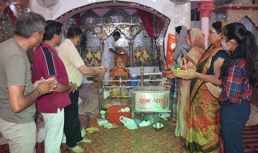 रुद्रपुर के दुर्गा मंदिर में नवरात्र पर पूजा-अर्चना करते भक्त।