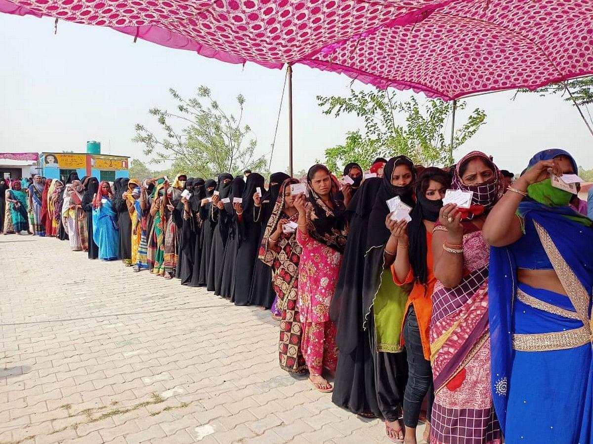 मतदान के लिए लाइन में खड़ी महिलाएं।