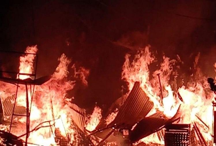 गुमटी और लकड़ी की दुकान में लगी भीषण आग