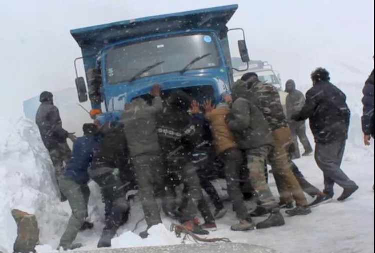 Himachal News: 14 hours rescue operation BRO and lahaul spiti police rescue 747 tourists and other passengers stranded in Baralacha pass after manali leh highway closed on 4 April after heavy snowfall