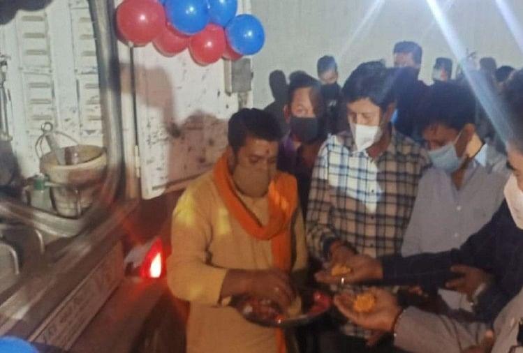 कोरोना और सियासत: इंदौर में फोटो खिंचवाने के लिए दो घंटे ऑक्सीजन टैंकर रोके रहे भाजपा नेता