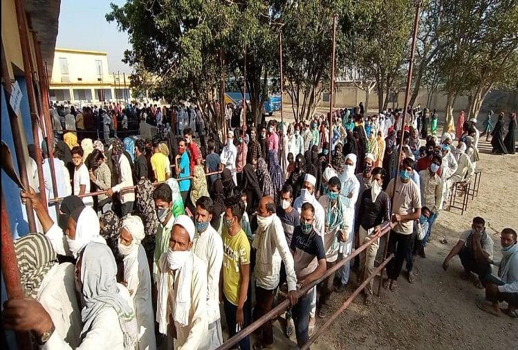 चुनाव: दूसरे चरण में पड़े 73 फीसदी मतदान, पढ़ें- कहां हुई कितनी वोटिंग