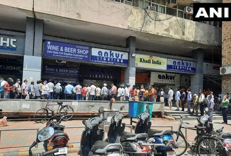 दिल्ली स्थित खान मार्केट में शराब की दुकान के बाहर बड़ी संख्या में एकत्र लोग