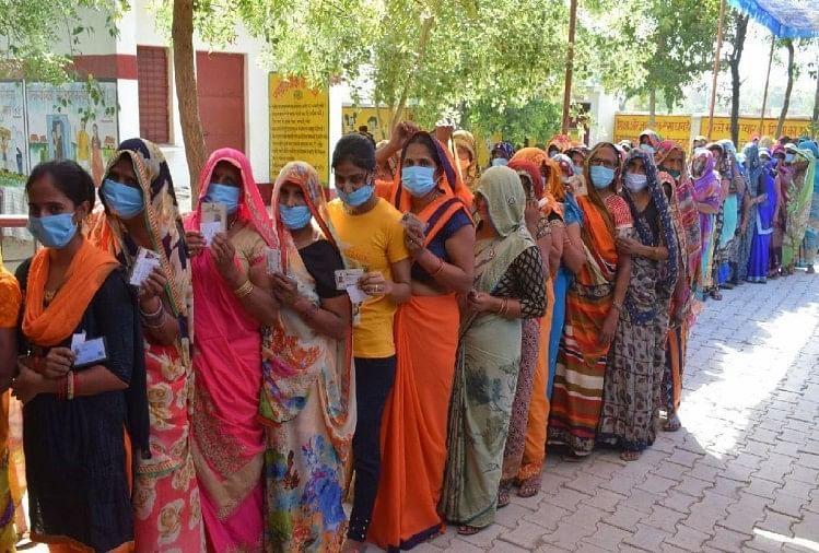 यूपी पंचायत चुनाव 2021: मतदान केंद्र पर महिला मतदाताओं की कतार