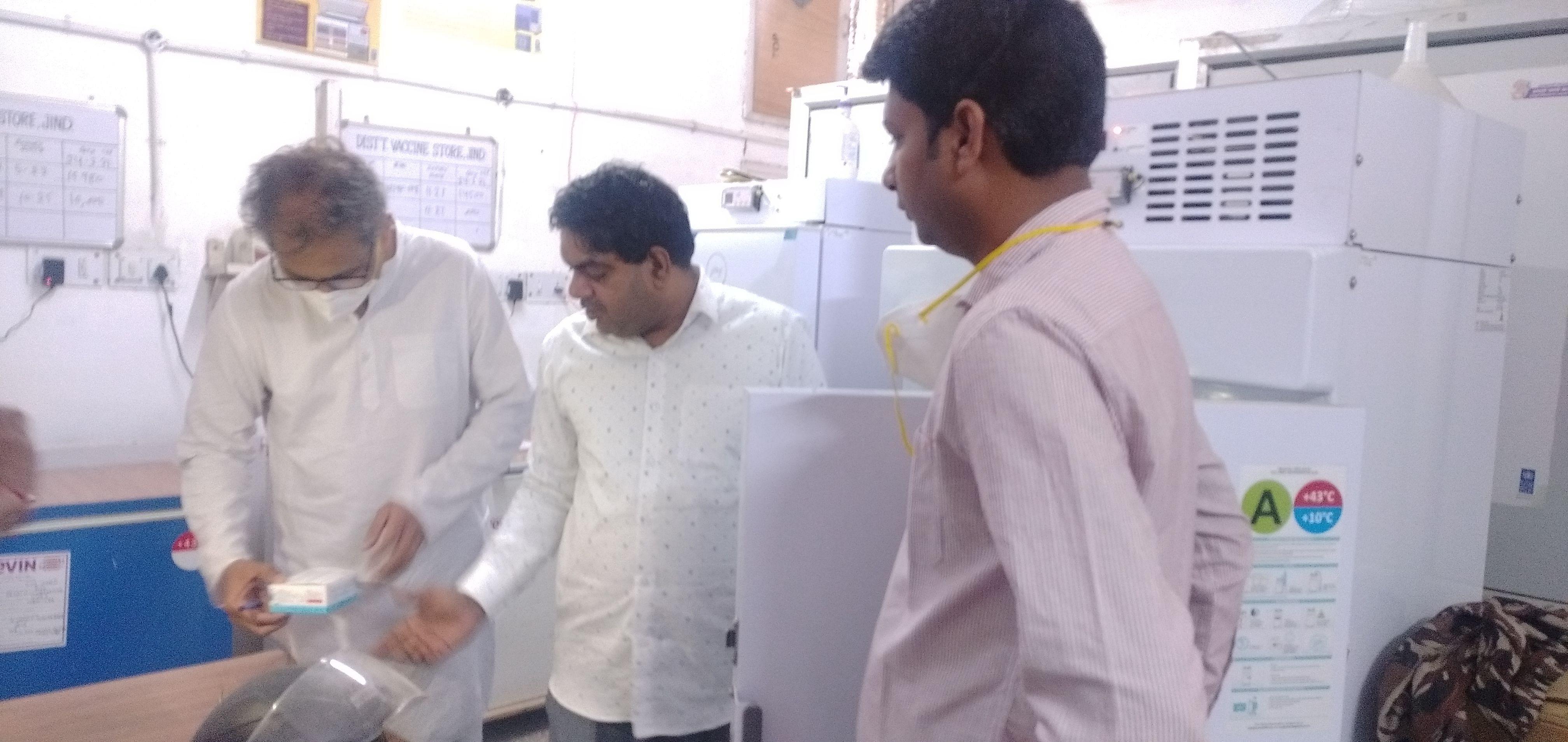 जिला वैक्सीन भंडारण कक्ष में वैक्सीन देखते डॉ. रमेश पांचाल। संवाद।