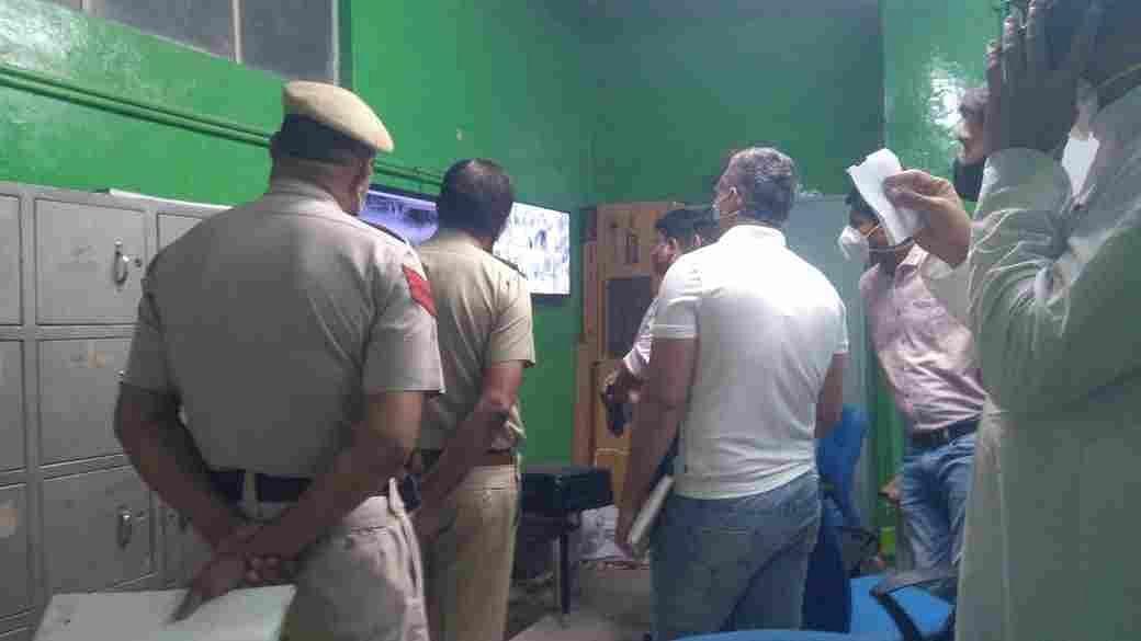 सीसीटीवी कैमरे की फुटेज देखते पुलिसकर्मी। संवाद