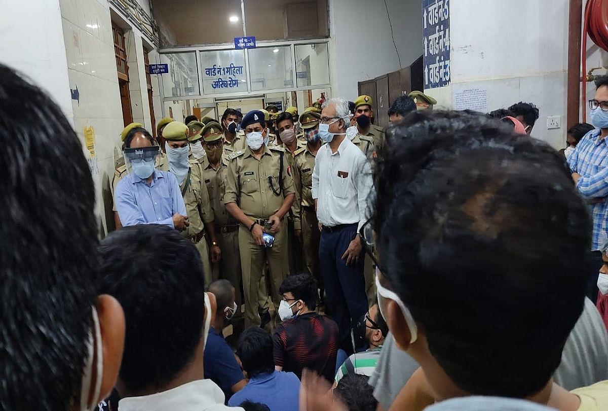 Prayagraj News : एसआरएन में हड़ताल करते जूनियर डाक्टरों को समझाते पुलिस अधिकारी।