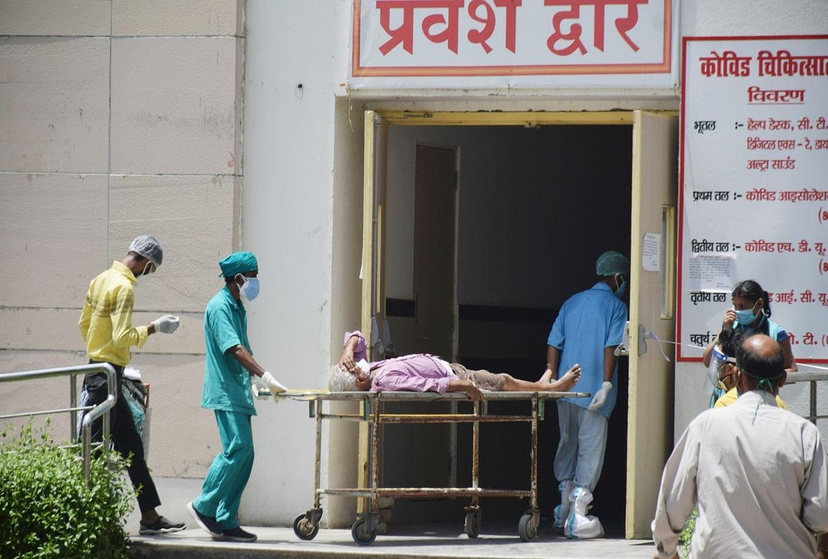 prayagraj news : एसआरएन में प्लाज्मा थेरेपी से कोरोना मरीज का उपचार करते डॉक्टर।