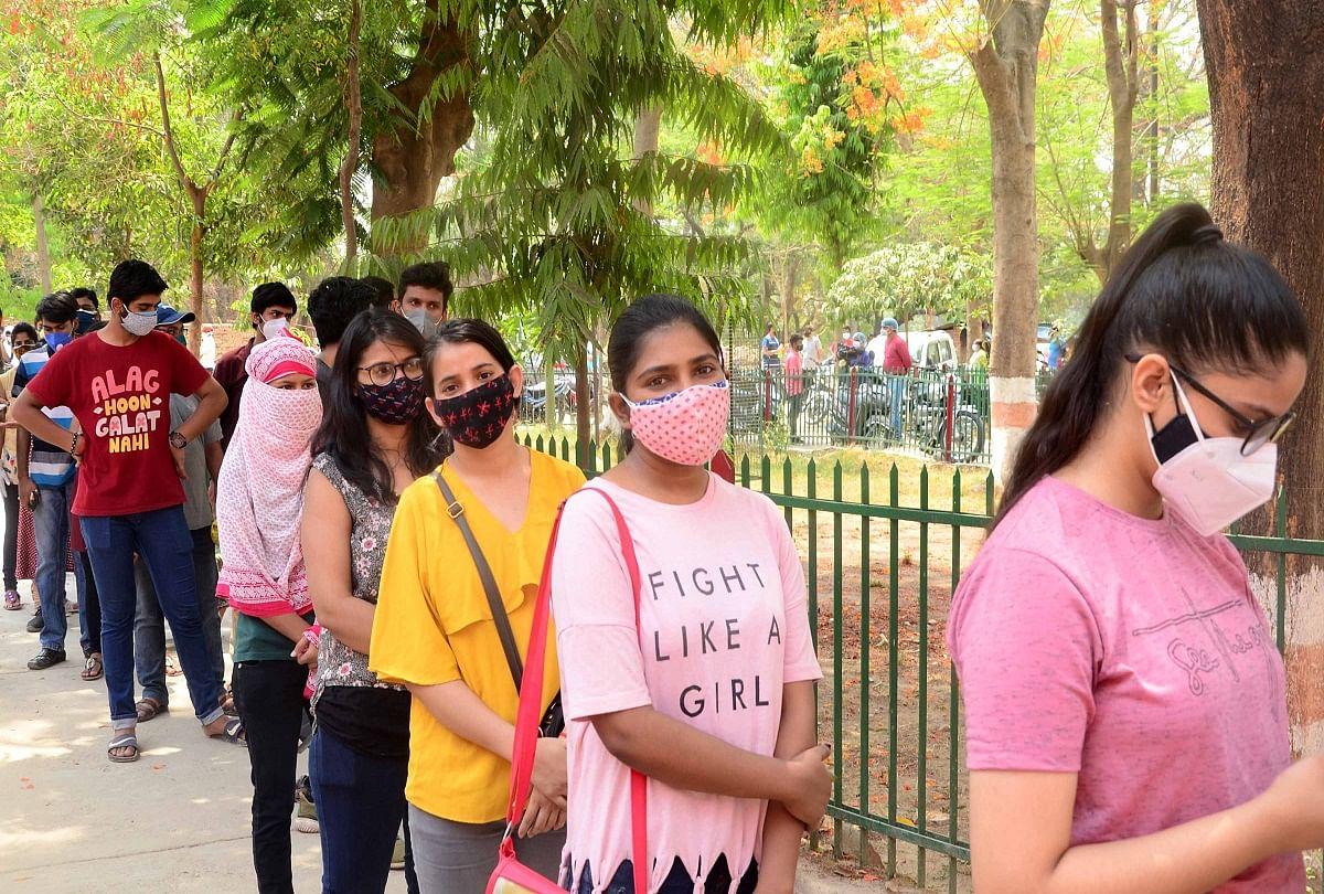 prayagraj news : मेडिकल कालेज में टीकाकरण अभियान में शनिवार को टीका लगवाने बडी संख्या में युवतियां पहुंची।