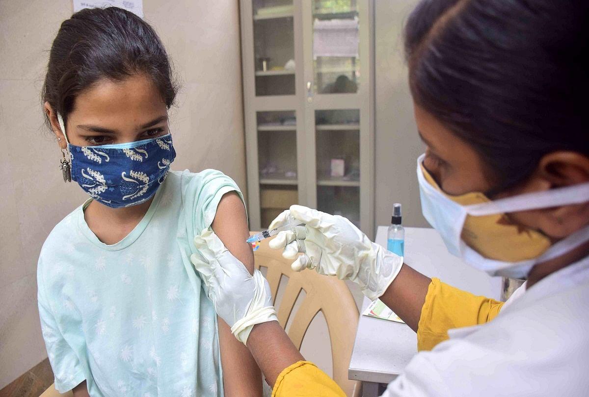 prayagraj news : मेडिकल कालेज में टीकाकरण अभियान में शनिवार को टीका लगवाती युवती।