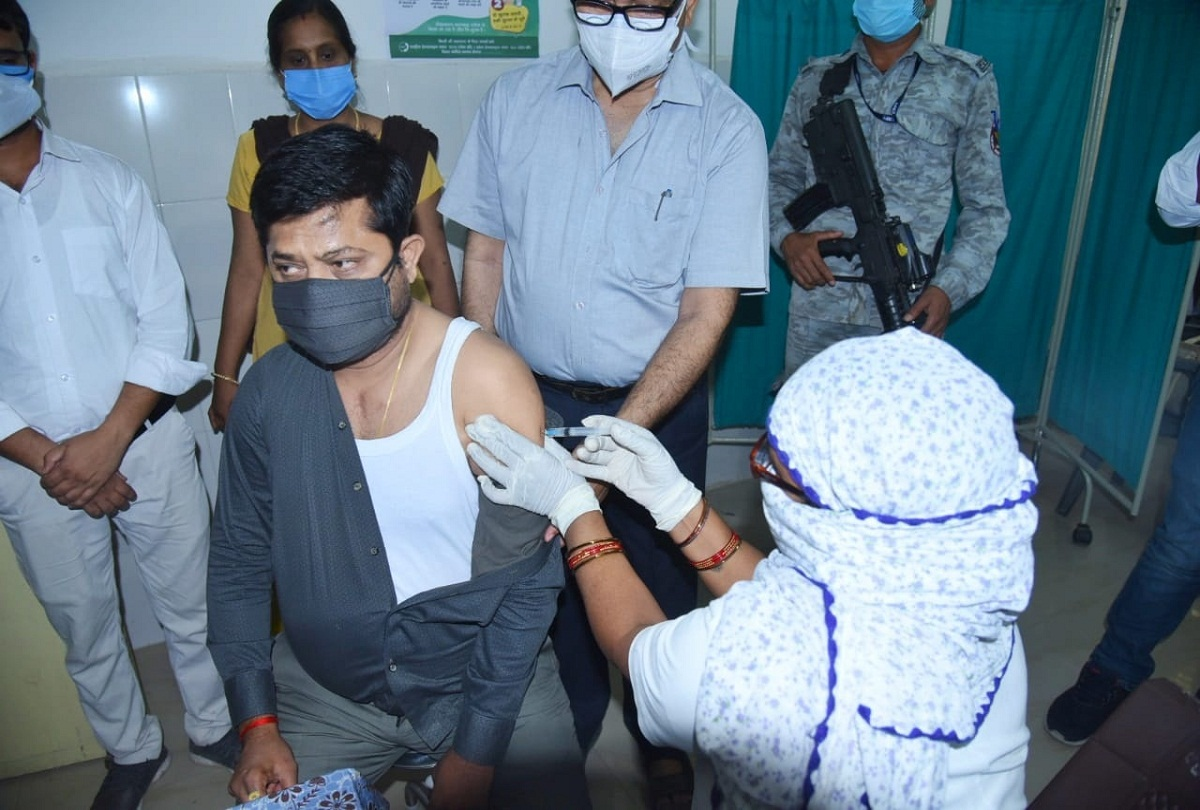 prayagraj news : डफरिन हास्पिटल में टीका लगवाते कैबिनेट मंत्री नंद गोपाल गुप्ता नंदी।