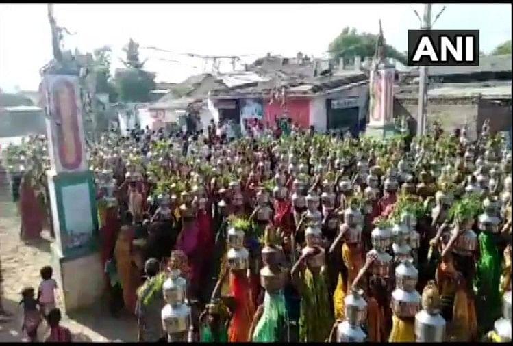 Coronavirus India Live: गुजरात के बलियादेव मंदिर में जुटीं महिलाएं, सरपंच समेत 23 लोगों के खिलाफ कार्रवाई