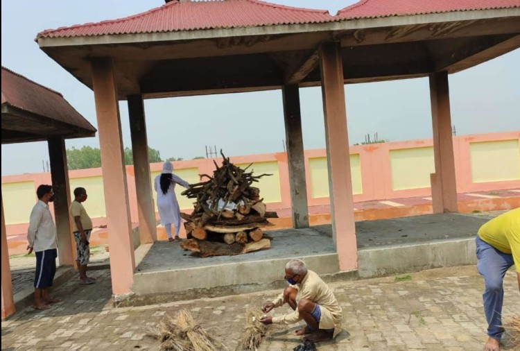 Daughter offered fire to her father's funeral pyre.