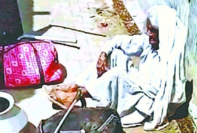 बहू व पोते ने पीटकर घर से निकाला 90 वर्षीय वृद्धा को वीडियो सोशल मीडिया पर वायरल
