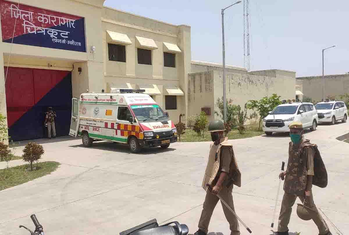 پلیس در مقابل زندان شهرستان چیتراکوت واقع شده است