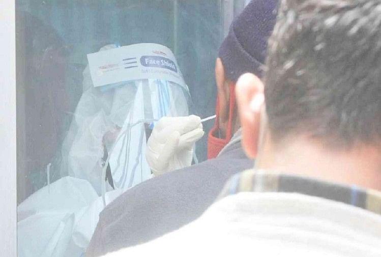 कोरोना की जांच के लिए सैंपल लेता स्वास्थ्य कर्मी।