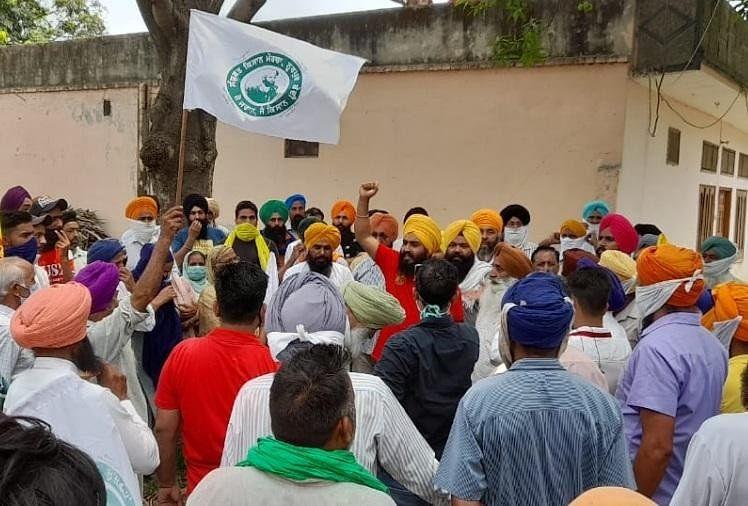 Farmers Protest Against Rss Blood Donation Camp In Ropar Of Punjab - पंजाब:  रोपड़ में आरएसएस के रक्तदान कैंप के विरोध में भड़के किसान, तनातनी के बाद  शिविर रद्द - Amar Ujala