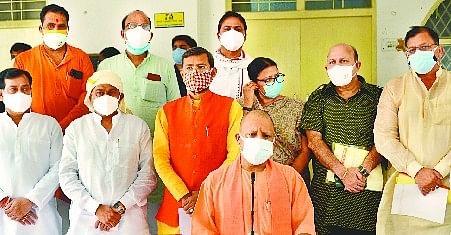 लखीमपुर खीरी कलक्ट्रेट में कोरोना संक्रमण की जानकारी देते मुख्यमंत्री योगी आदित्यनाथ।