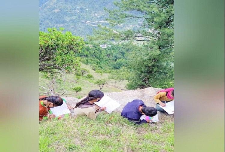 विद्यार्थी जान जोखिम में डालकर तीन घंटे पैदल चल पहाड़ी पर नेटवर्क तलाश रहे