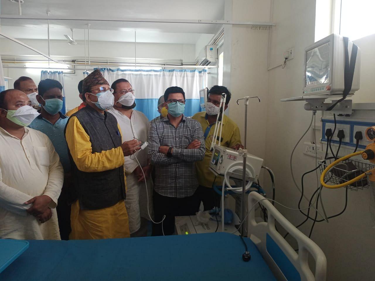 खटीमा में नागरिक अस्पताल में आईसीयू का निरीक्षण करते सांसद अजय भट्ट।