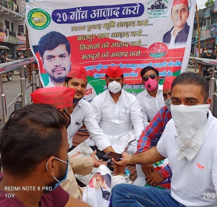 बाजपुर शहीद भगत सिंह चौक पर क्रमिक अनशन पर बैठे सपा कार्यकर्ता।