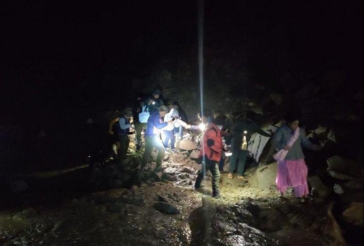 मनाली-लेह हाईवे बंद, बीआरओ ने 35 यात्रियों को किया रेस्क्यू