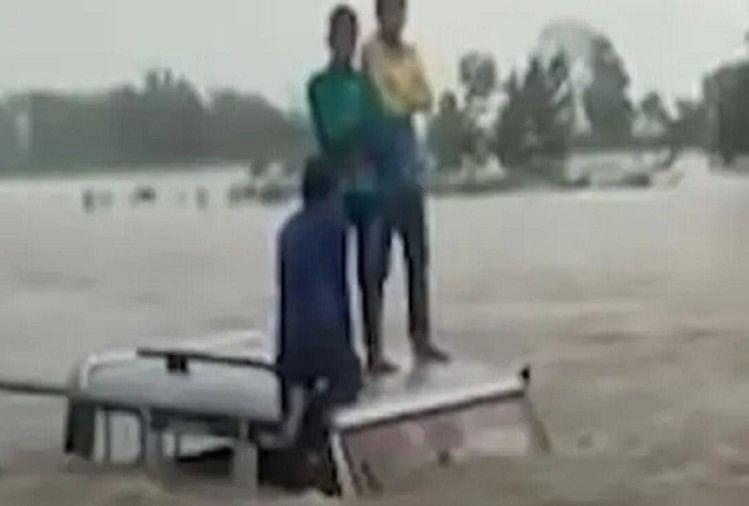 बिहार में गंडक नदी में फंसी एसयूवी