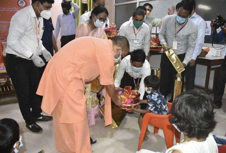 बच्चों से मुलाकात करते सीएम योगी आदित्यनाथ।