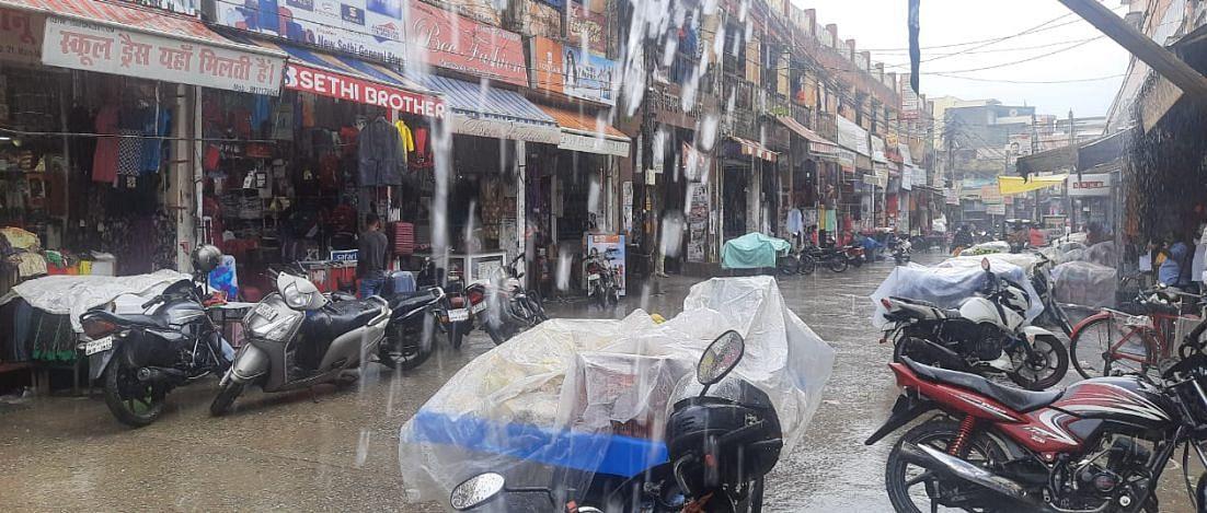 काशीपुर के मुख्य बाजार में जलमग्न सड़क।