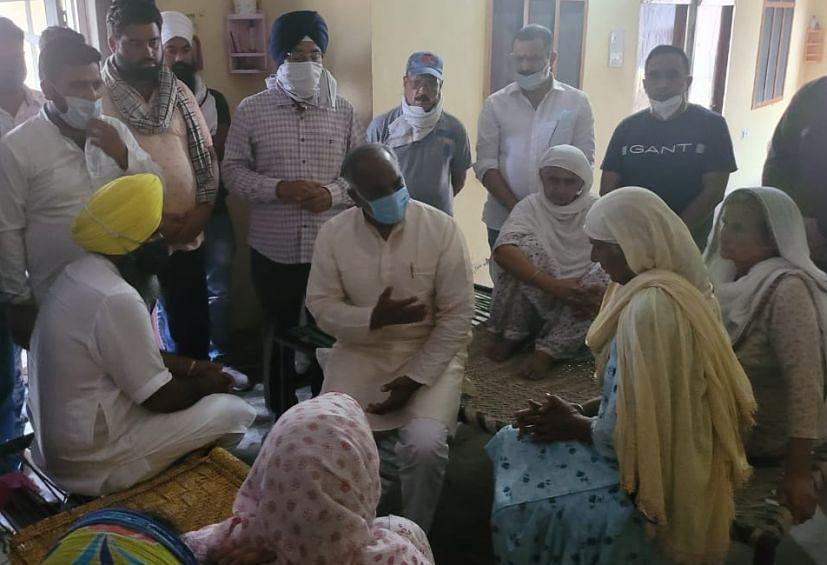 रुद्रपुर के ग्राम लंका में पीड़ित परिवार को सांत्वना देते शिक्षा मंत्री अरविंद पांडेय।