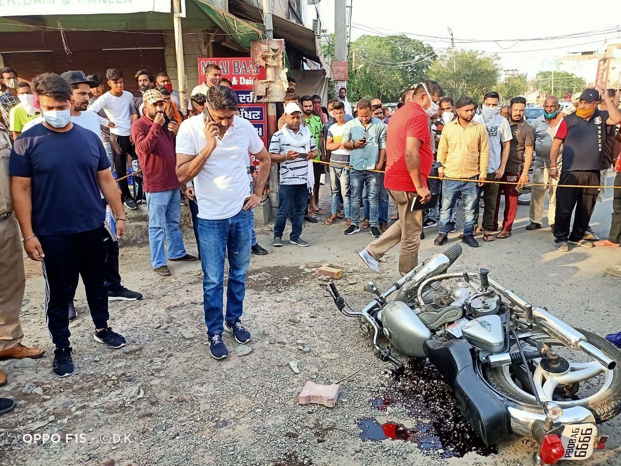 पूर्व पार्षद की दिन दिहाडे़ गोली मार की गई हत्या के बाद जांच करती पुलिस।