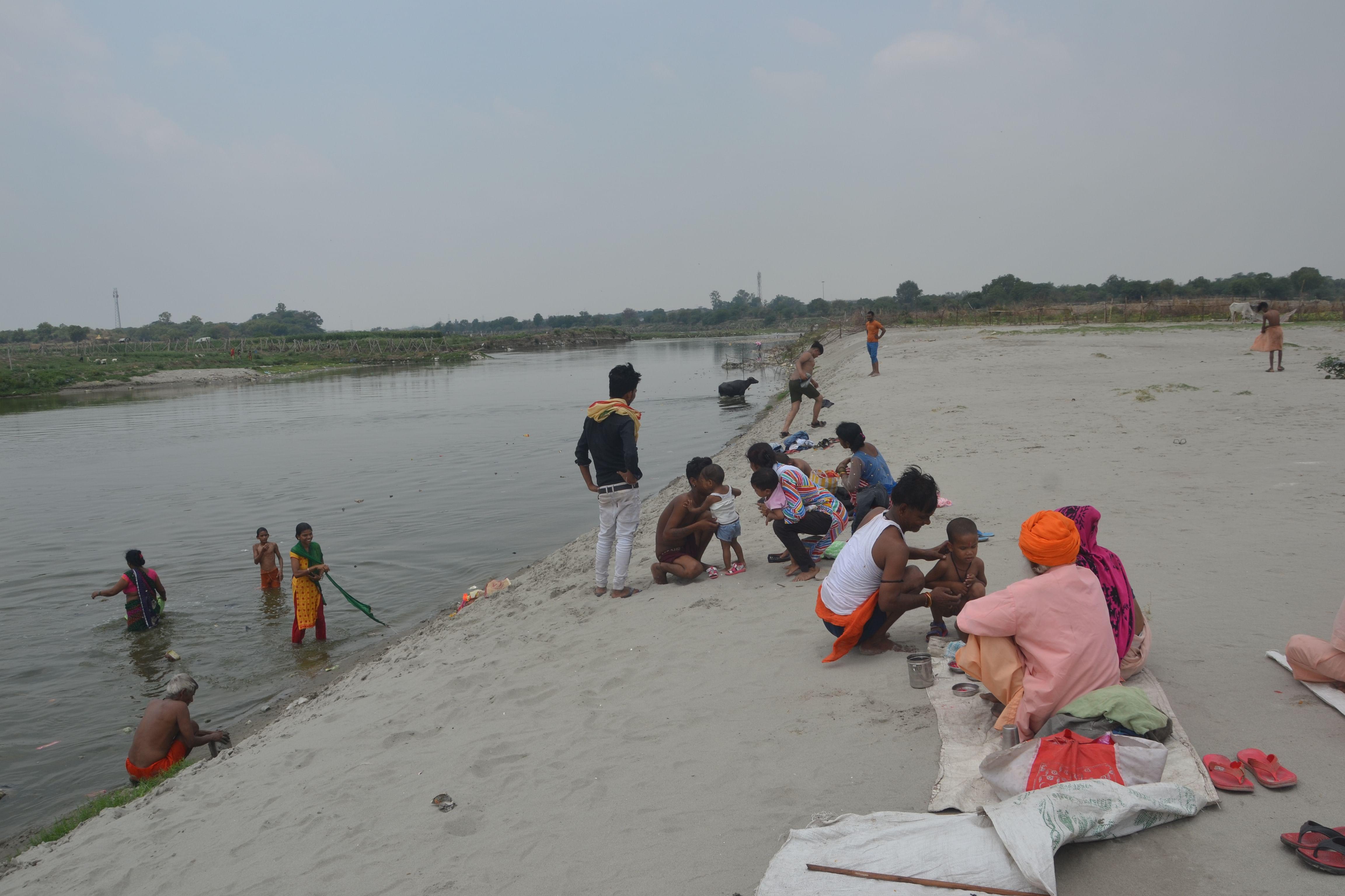 गंगा दशहरा पर्व पर यमुना नदी किनारे पूजा करते श्रद्घालु