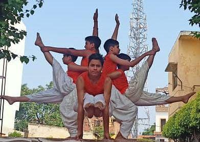 रामपुर मनिहारान मोक्षायतन शाखा में योग करते बच्चें