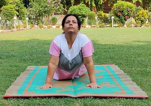 एसपी आवास में योगाभ्यास करतीं एसपी सुधा सिंह