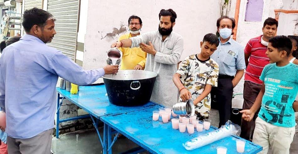 सुलतानपुर में शीतल जल पिलाते श्रद्धाल