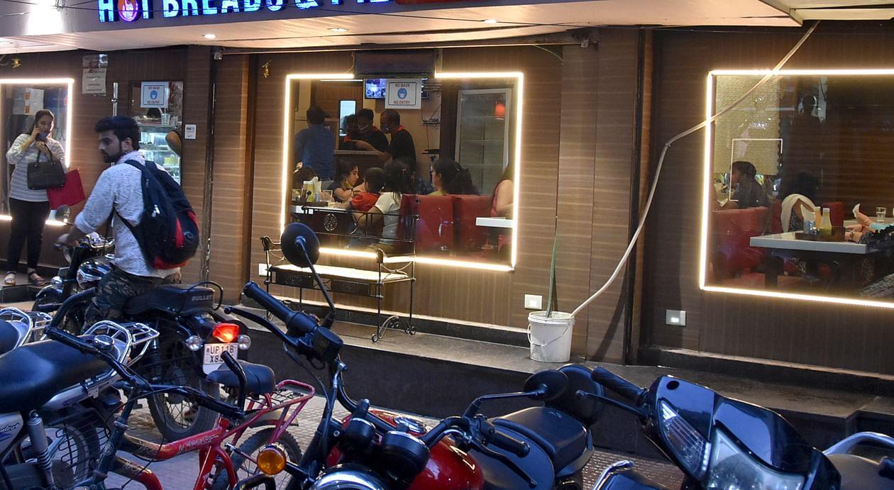 कोर्ट रोड पर खुले रेस्टोरेंट में लौटी रौनक।