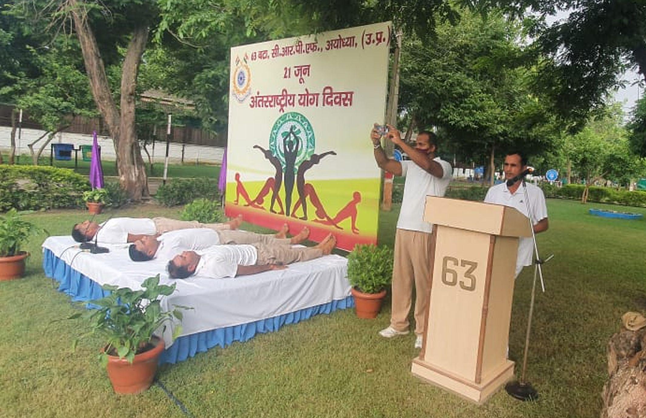 अयोध्या-योग दिवस पर योगाभ्यास करते 63 बटालियन केंद्रीय पुलिस बल के अधिकारी व अन्य